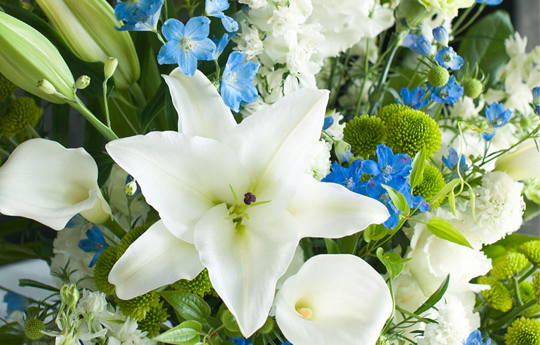 青色の花を入れた四十九日のお供え花